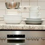 食洗機の上に食器が重なっている