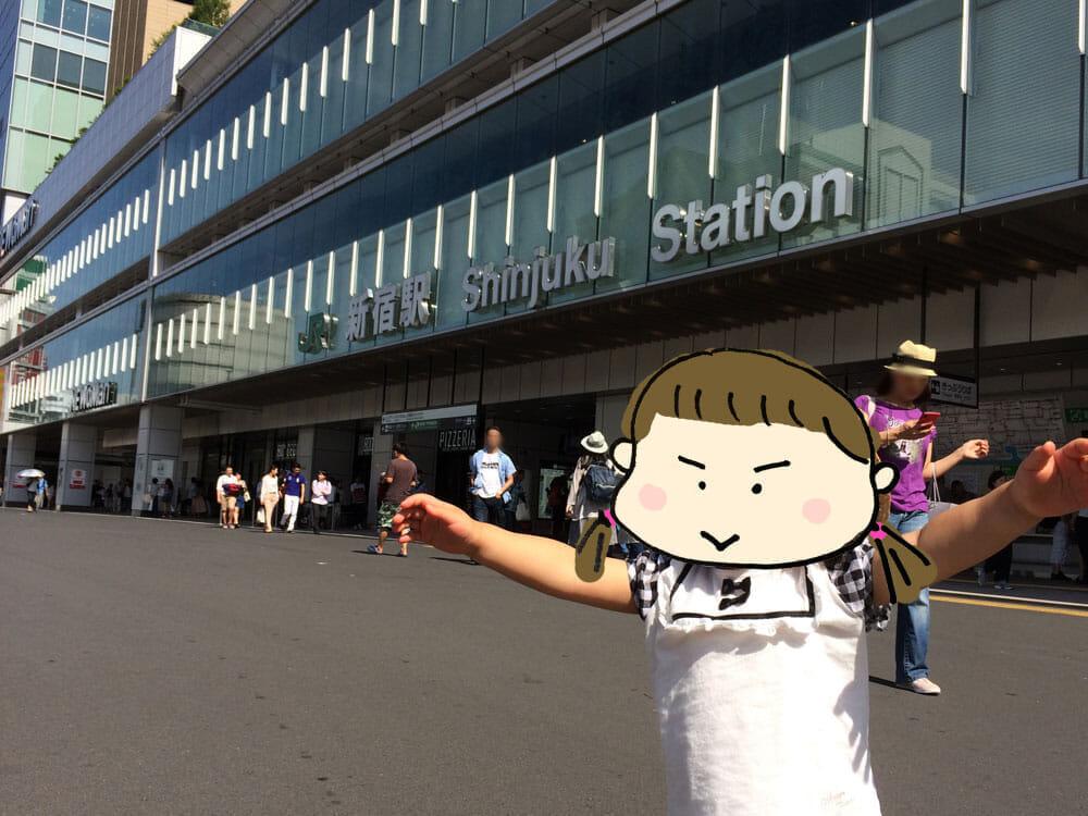新宿駅前と子供