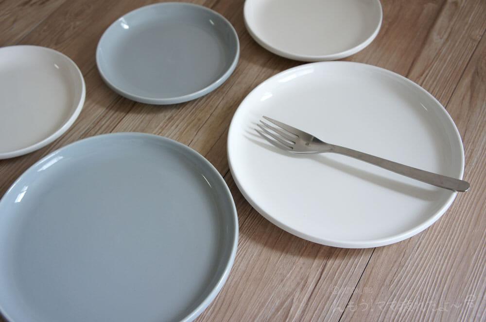 皿とフォークを並べたところ