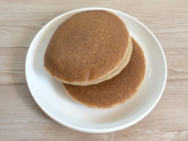 お皿に乗っているパスコの低糖質パンケーキ メープル&マーガリン