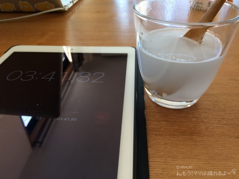 フィニッシュタブレットをスプーンで溶かしています。